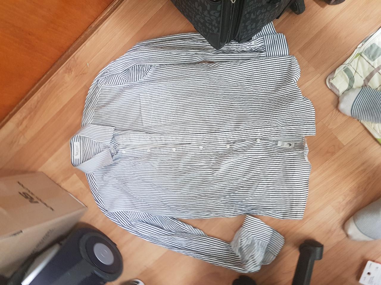 회색과 흰색의 핀스트라이프 셔츠