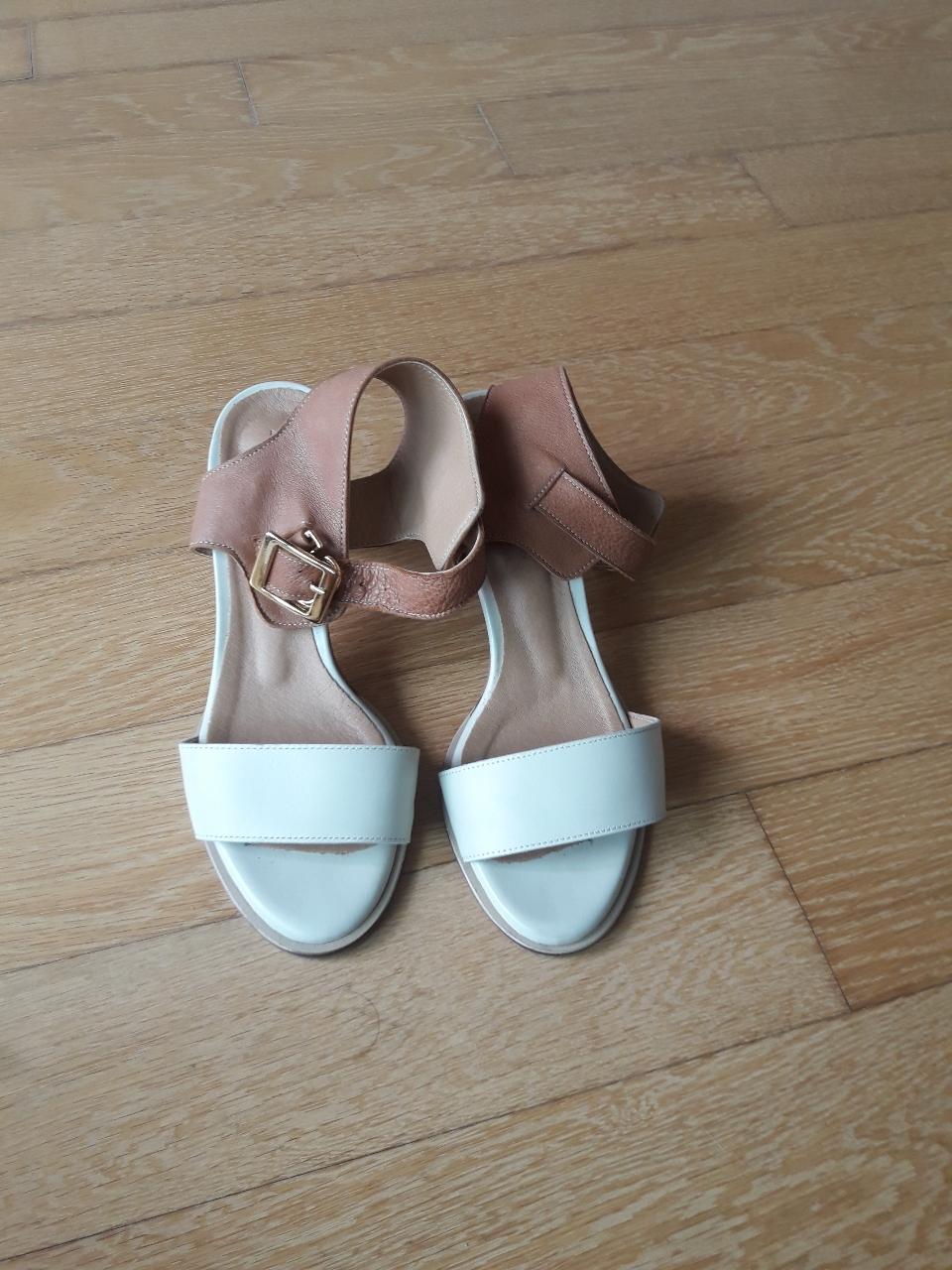 가죽 신발(230)
