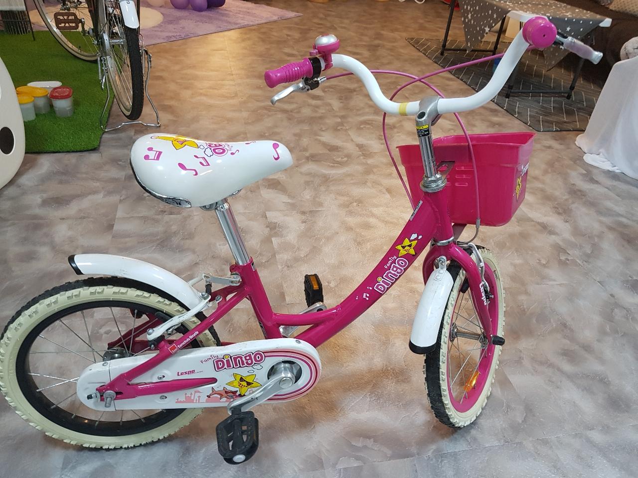 아이용 알류미늄 자전거~~구입가 250,000원주고 구입한자전거입니다.많이 타지 않아 바퀴가 거의 좋은 상태입니다.