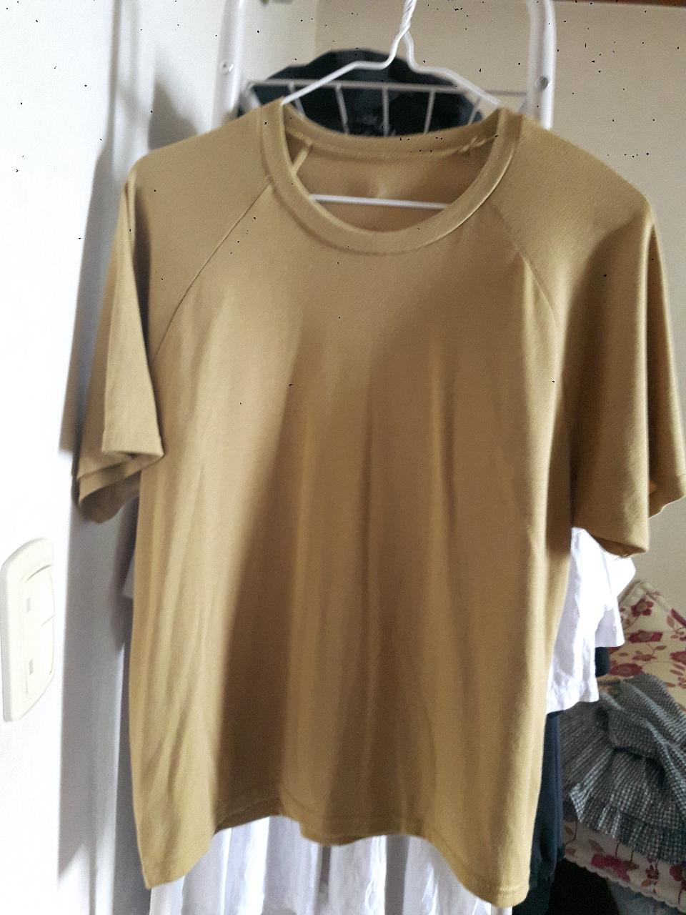 올리브색 티셔츠