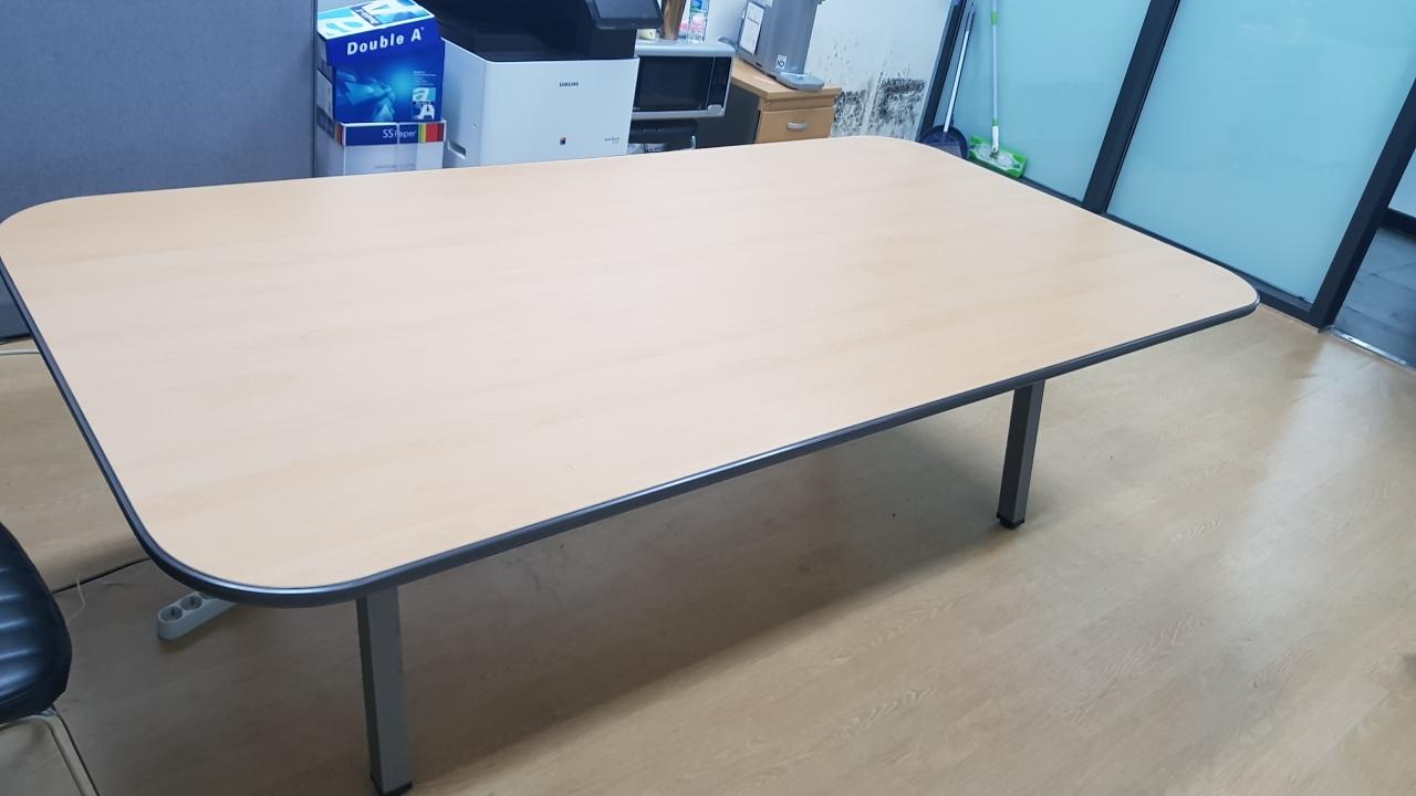 영어교육도시 120*240 사이즈 사무실 회의 테이블입니다.