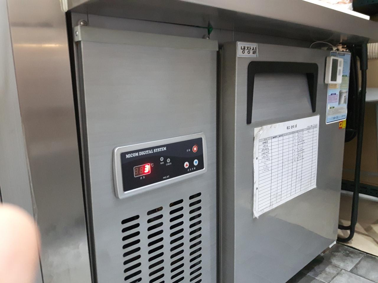 우성 냉장고 및 상판 소스꽂이 냉장고