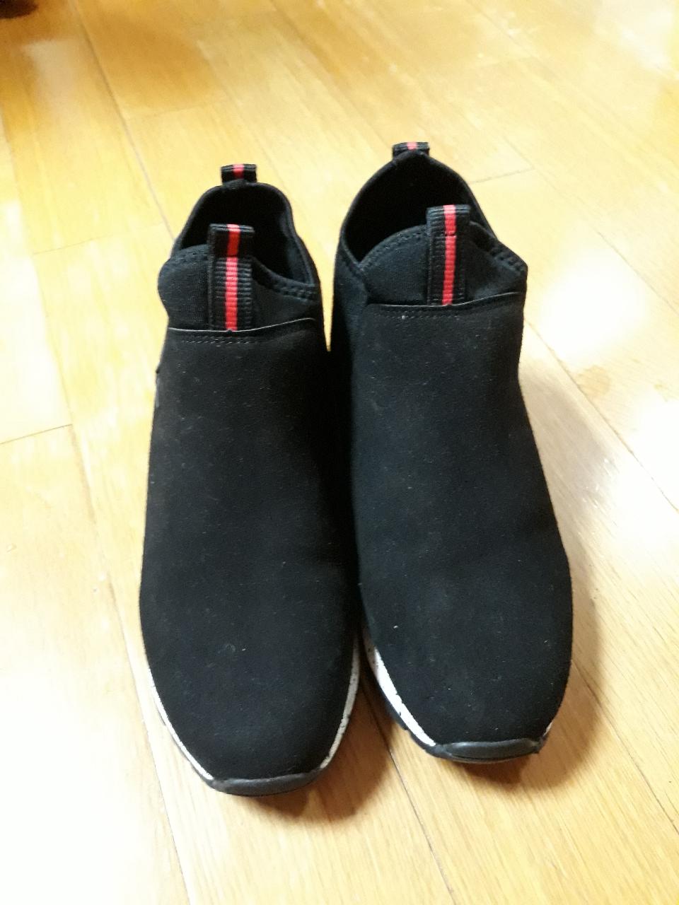 한번 신은 신발입니다~~ㅠㅠ 조금 작아요^^ 240이구요 10000원입니다^^가격 내림