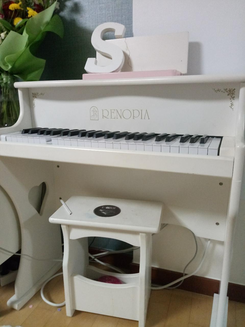 레노피아 피아노. 이케아 책상 의자2개세트. 책장