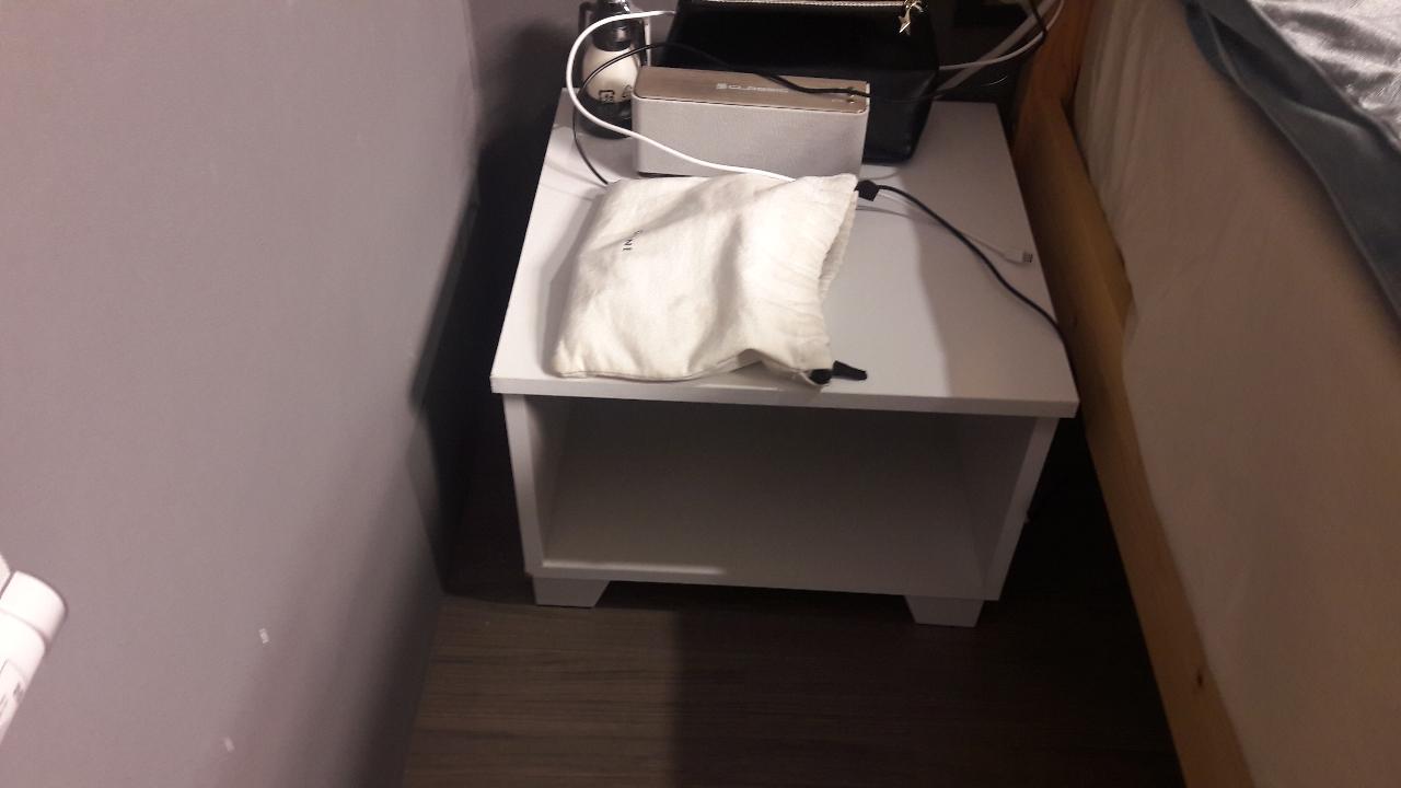 침대옆 사이드 테이블 입니다