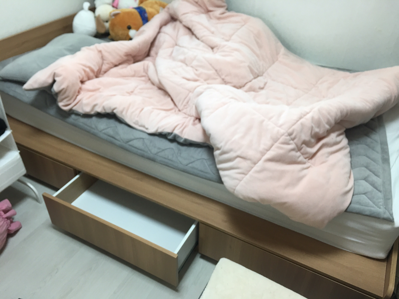 6개월도 사용안한 침대랑 침대테이블, 메트리스