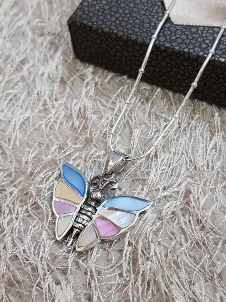 실버 컬러자개 나비 목걸이
