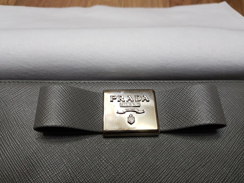 프라다 정품 사피아노가죽 장지갑 가격내려요.