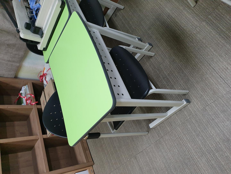 학원 책상 의자 세트당 만원에 팝니다.