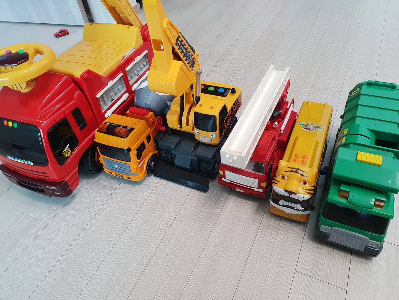 대형 장난감 일괄판매(쓰레기차, 소방차 2, 사파리차, 포크레인, 레미콘)