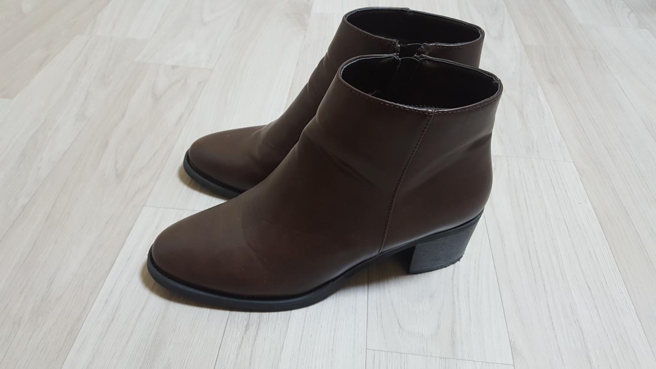이랜드계열에 메이커 신발 친구가 선물로 사줬어요 한번도 안신었어요 250문  굽은 5센치 정도 되는것 같아요