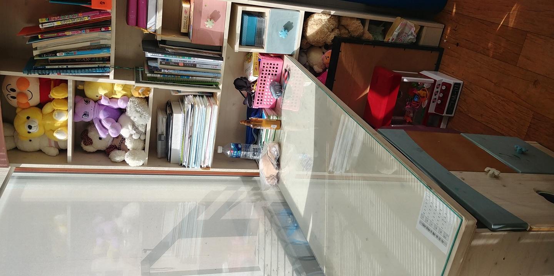 책상,책장드립니다.  가격은 30000원 얼릉가져가세요 책상서랍만 조금 벗겨졌어요
