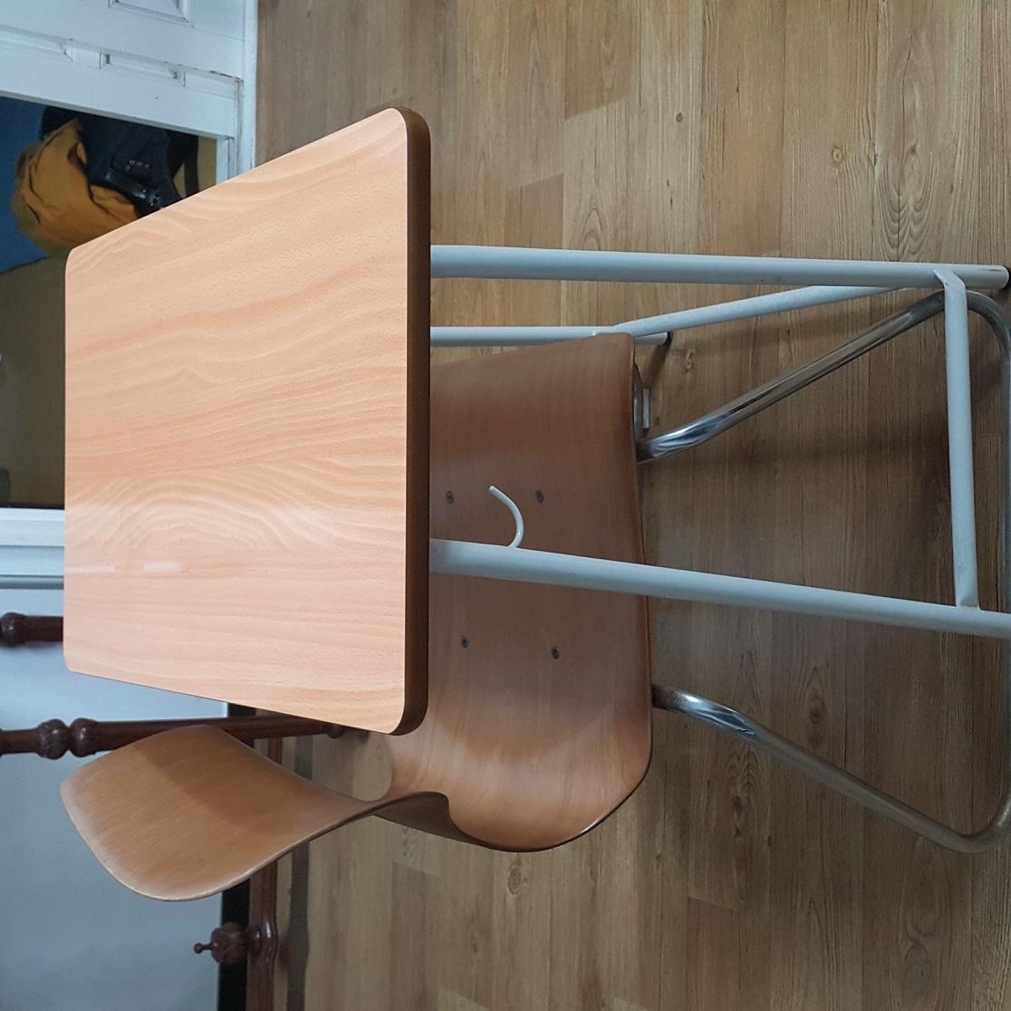 책상,의자세트입니다. 의자는 하이펙의자구요.애들이 다커서 내놓아요..
