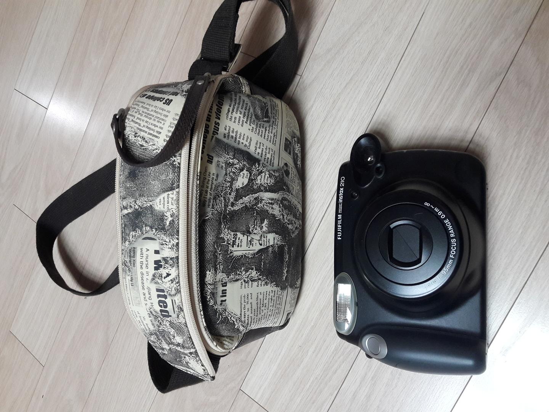 폴라로이드 카메라와 가방