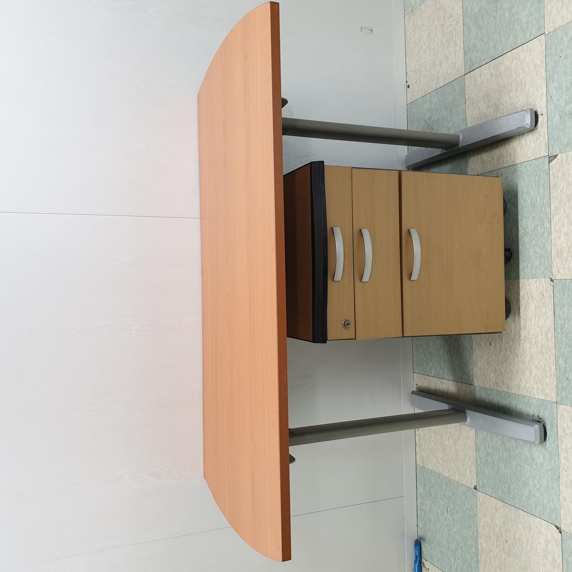 사무실 책상 튼튼한거 두개랑 의자3개 보조테이블하나