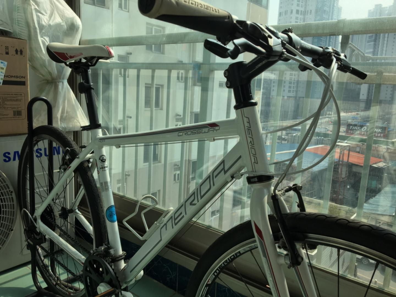메리다 크로스웨이 40-R 하이브리드 자전거입니다.