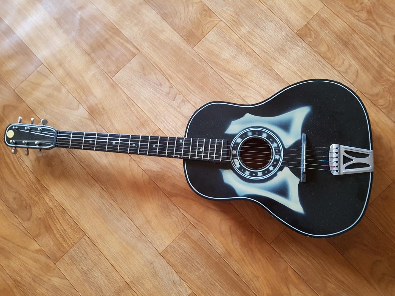 선물 받았던 기타입니다