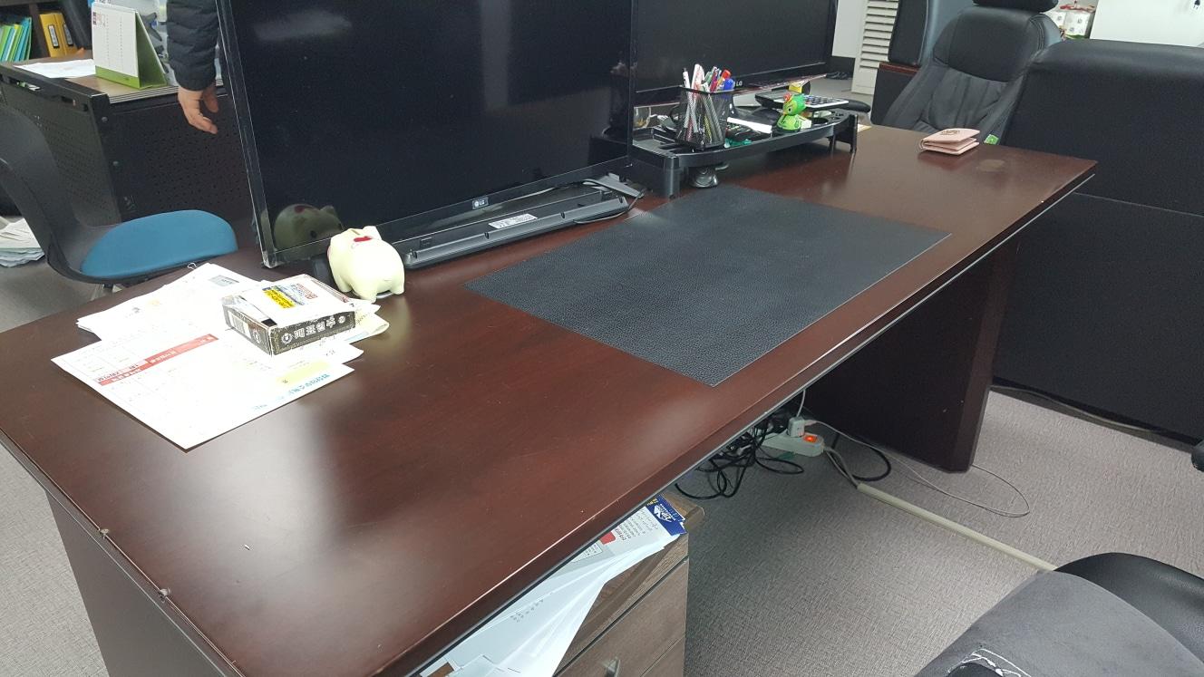 사무실책상 1개 사무실쇼파 1세트가져가세요