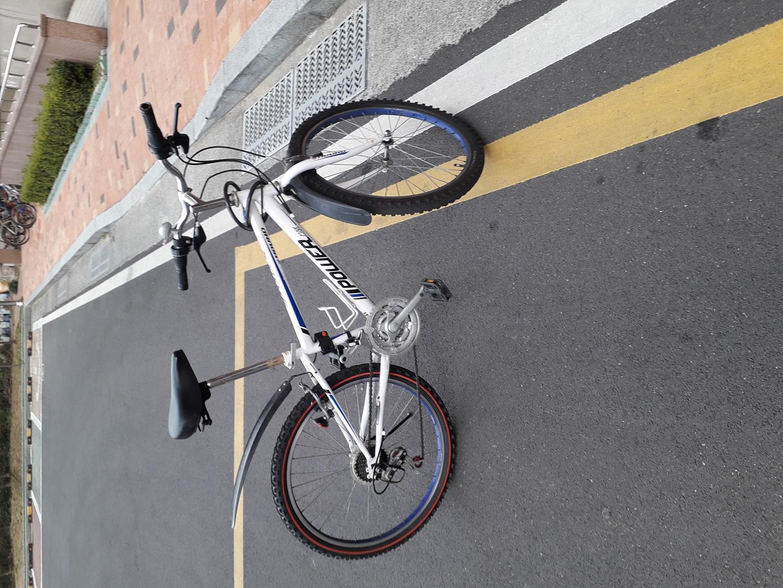 자전거 팝니다 13만원에샀고 녹이좀있습니다 그리고 자물쇠는 무료입니다