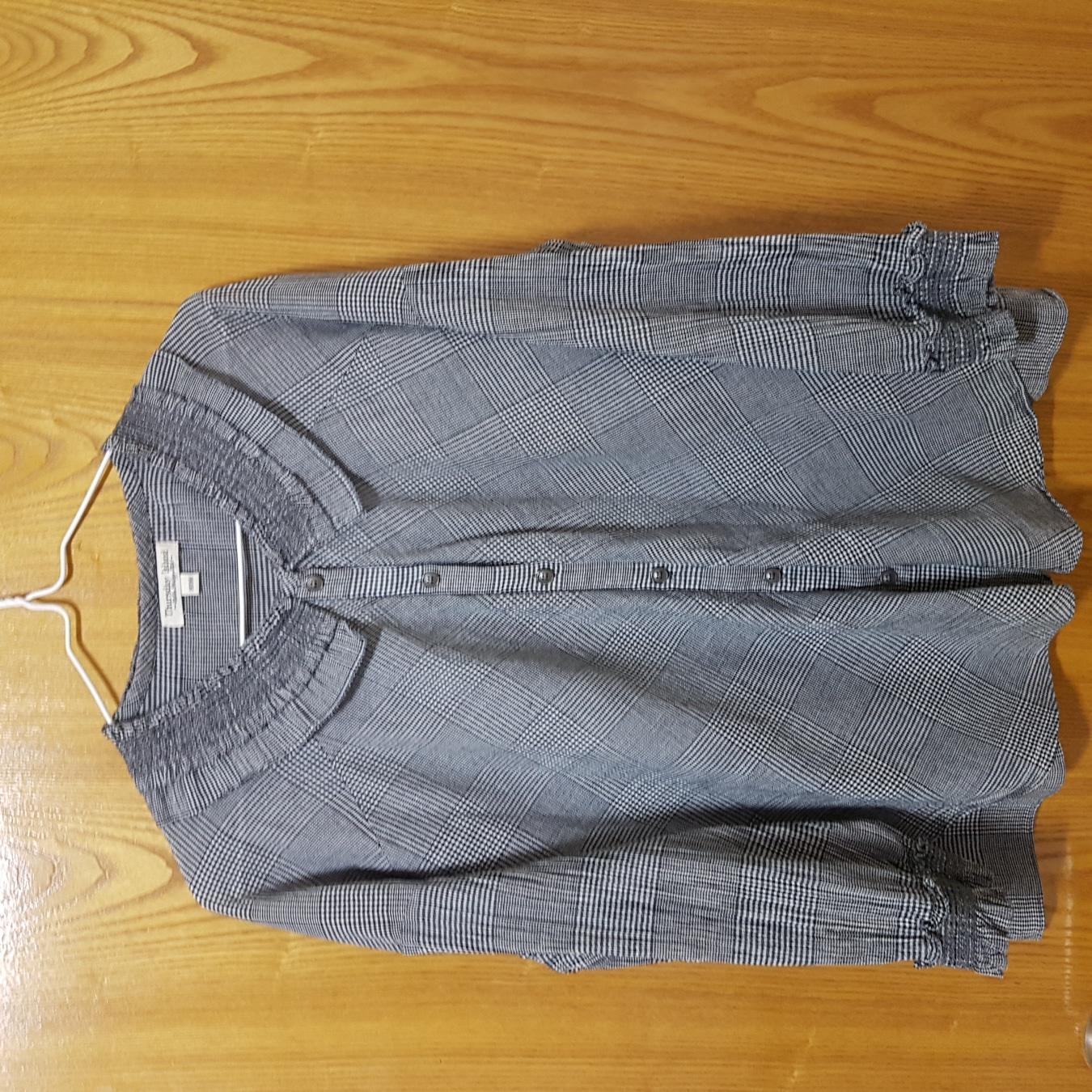 써스데이아일랜드   셔츠   몆번   입지  않아   상태  좋아요.