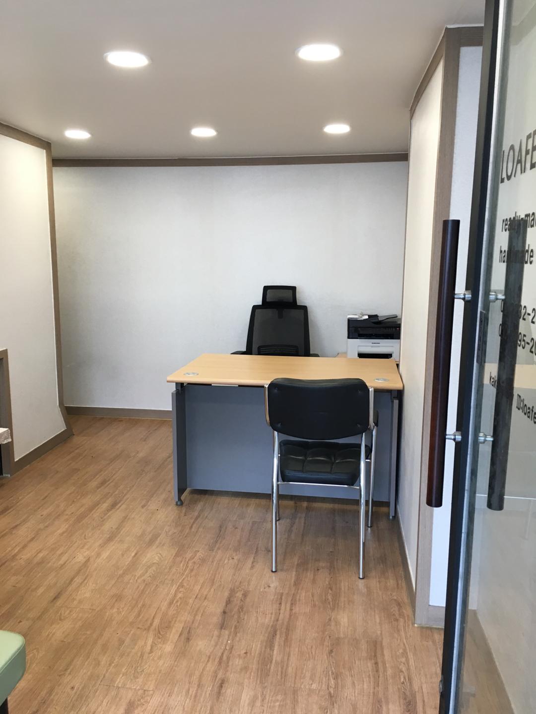 사무용 책상1(3단서랍장포함), 의자1, 보조의자3