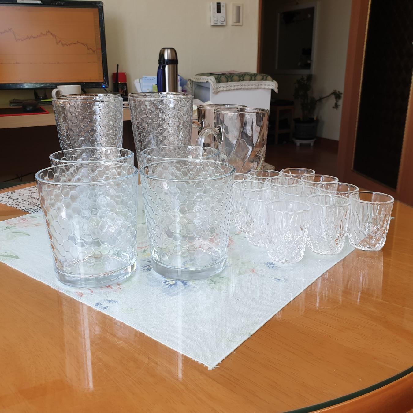 가격내립니다~~큰컵4개.작은컵4개.손잡이컵2개.소주컵12개 판매합니다 집들이때 사요하고 모셔둔컵들입니다