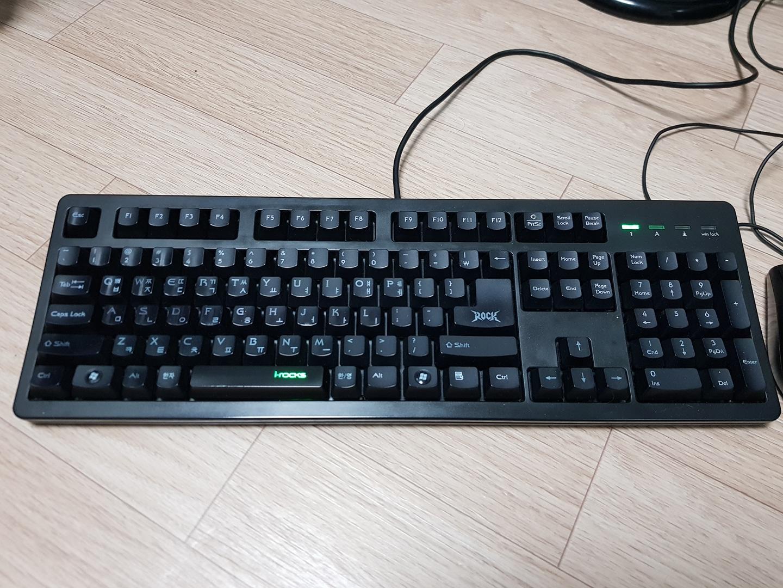 컴퓨터 플런저 게이밍 키보드 팝니다.