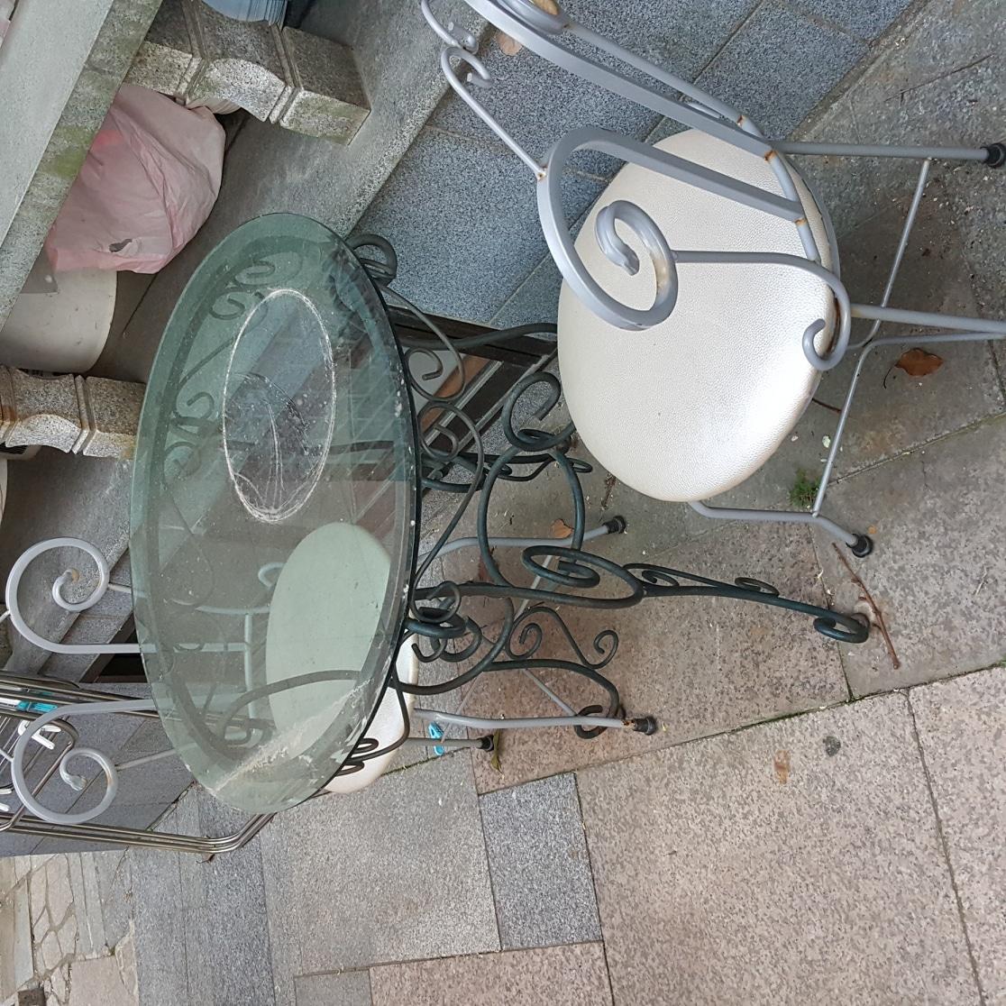 티테이블과 의자 두개 입니다.