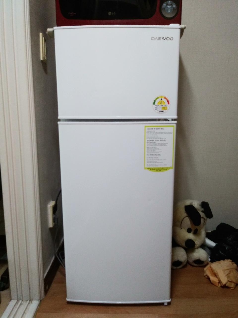 냉장고 148ℓ리터 문짝에 홈자국 몇게 있습니다... 6만원입니다...