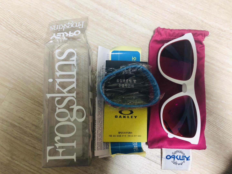 오클리 프로그스킨 화이트 / 루비 이리듐 선글라스 판매해요