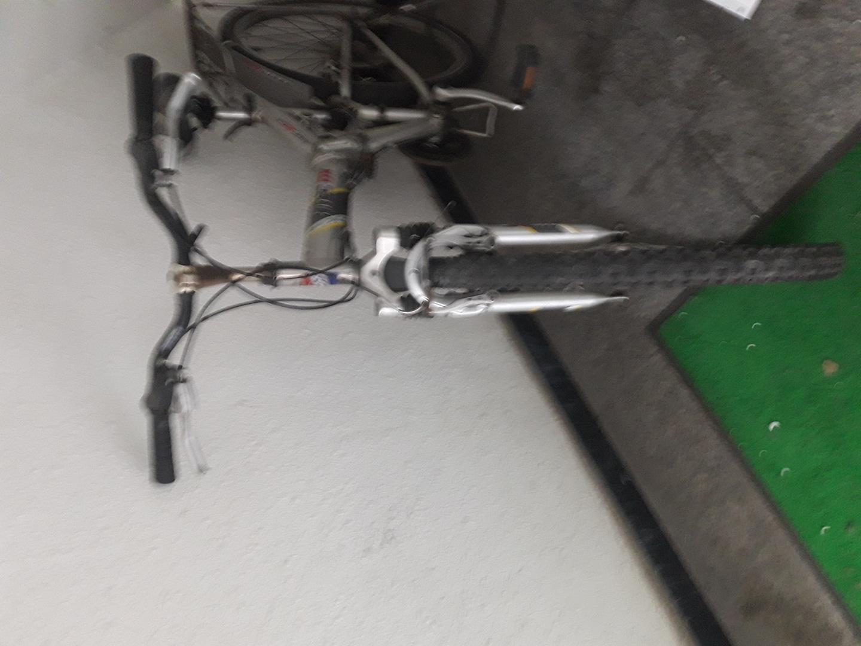 바람 빠진 접이식 자전거