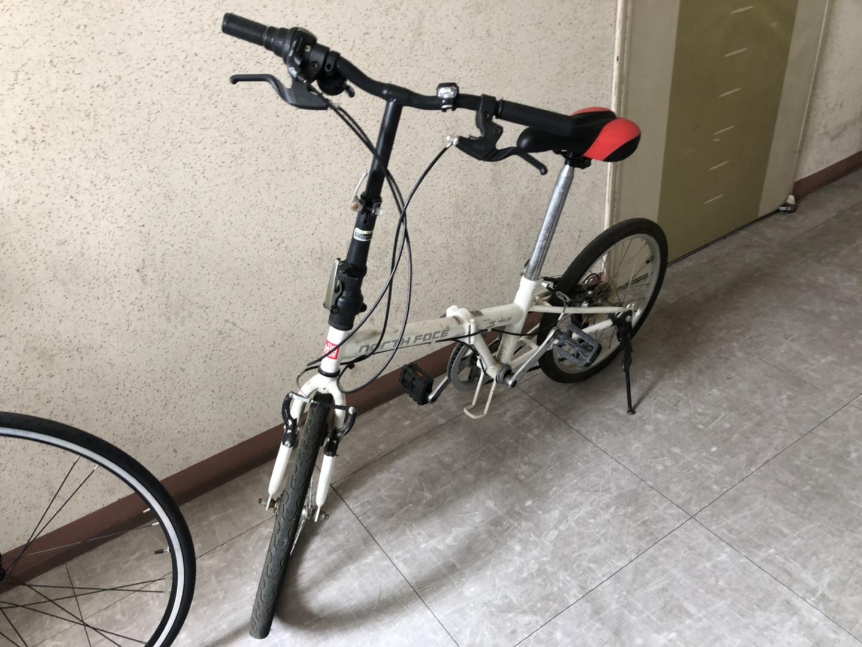 노스페이스 흰색 자전거