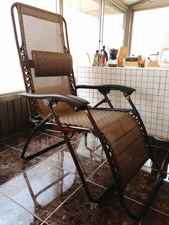편안히 휴식하기 좋은 접이식 라탄의자입니다:)