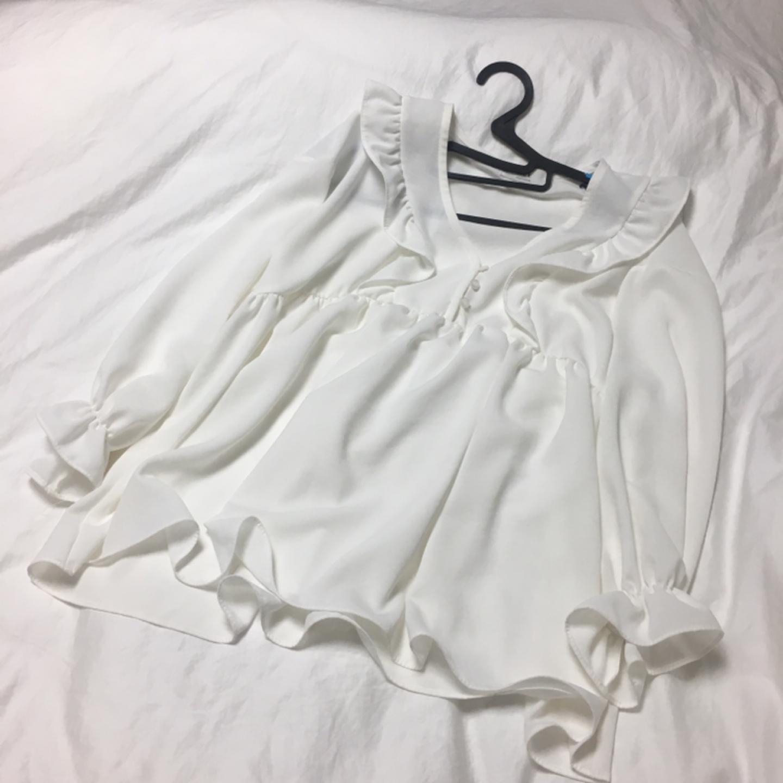 새상품 흰색 프릴 블라우스