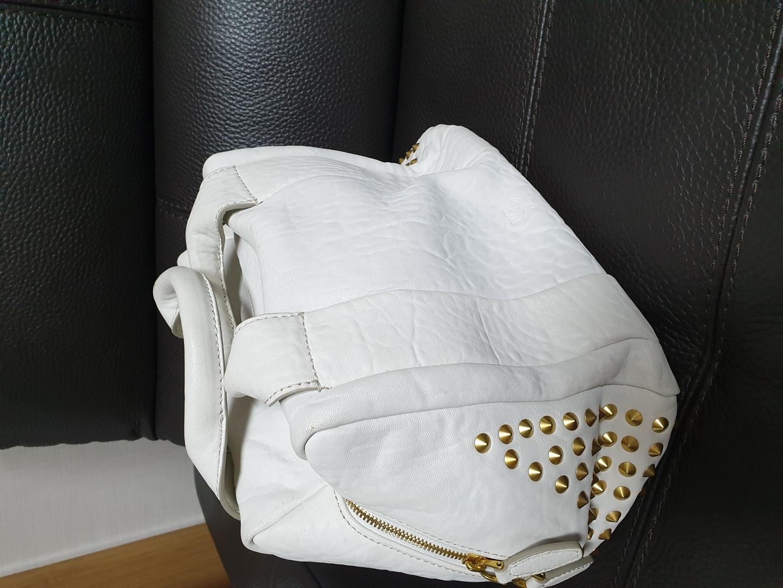 mcm정품 새가방입니다~ 화이트에 금장식으로 되어있어서 세련되고 럭셔리합니다