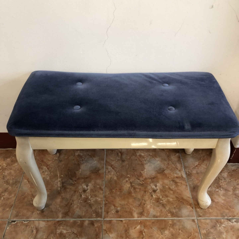 딥블루 의자