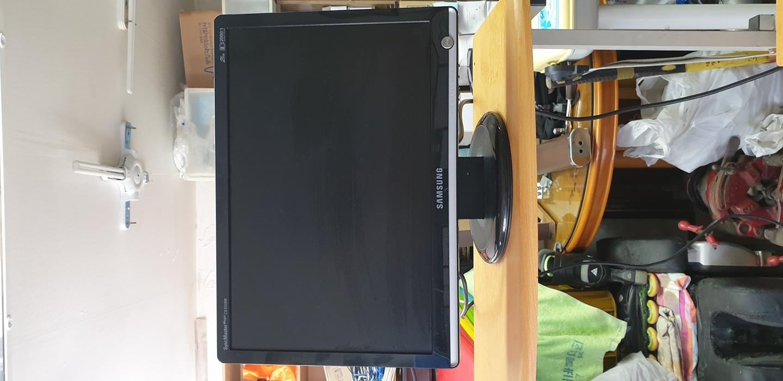 LCD19인지  컴퓨터 삼성  모니터  입니다.