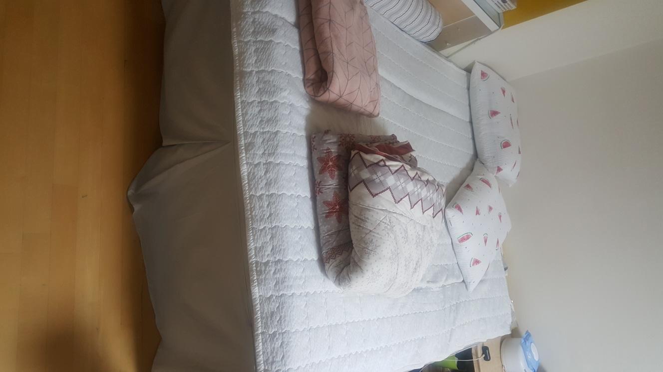 퀸사이즈 침대 팝니다. 침대깔판두요. 프레임은 불편해서 떼어 버렸습니다