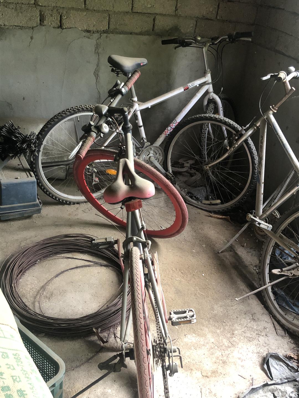 야외에 오래 방치된 자전거 무나