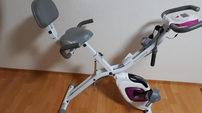실내자전거 자전거로타면서 운동도하구요 팔운동도 할수있구요 작년에 구매하구이사가면서 내놓습니다 사진옆으루...