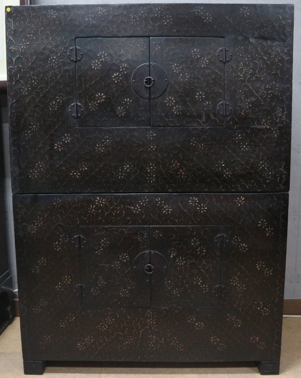 211. 조선어피(魚皮)2층동(銅)상감농 2층장