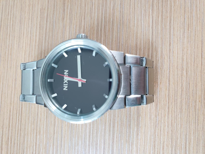 닉슨손목시계.여성착용.깔끔.심플 스타일