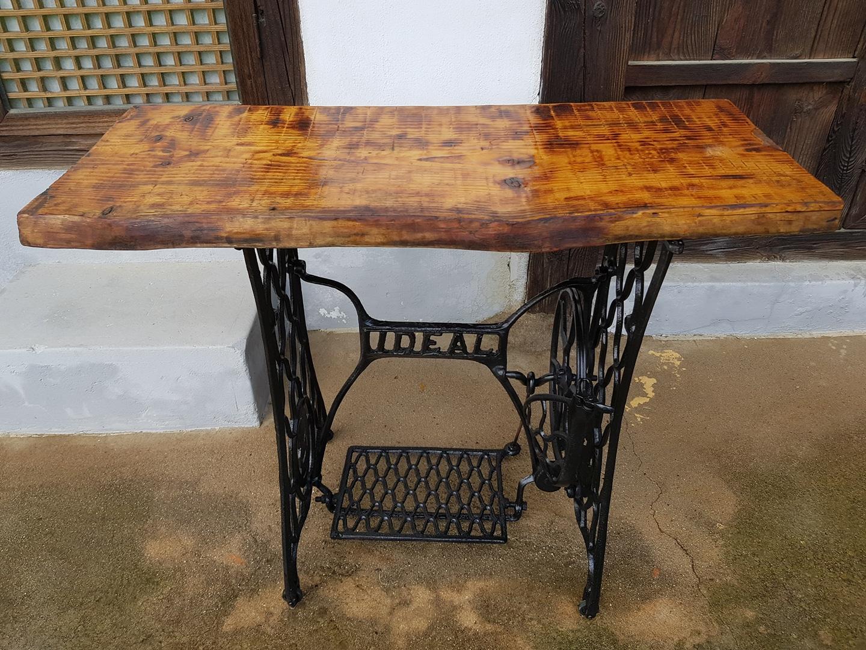 고풍스러운 미싱 테이블