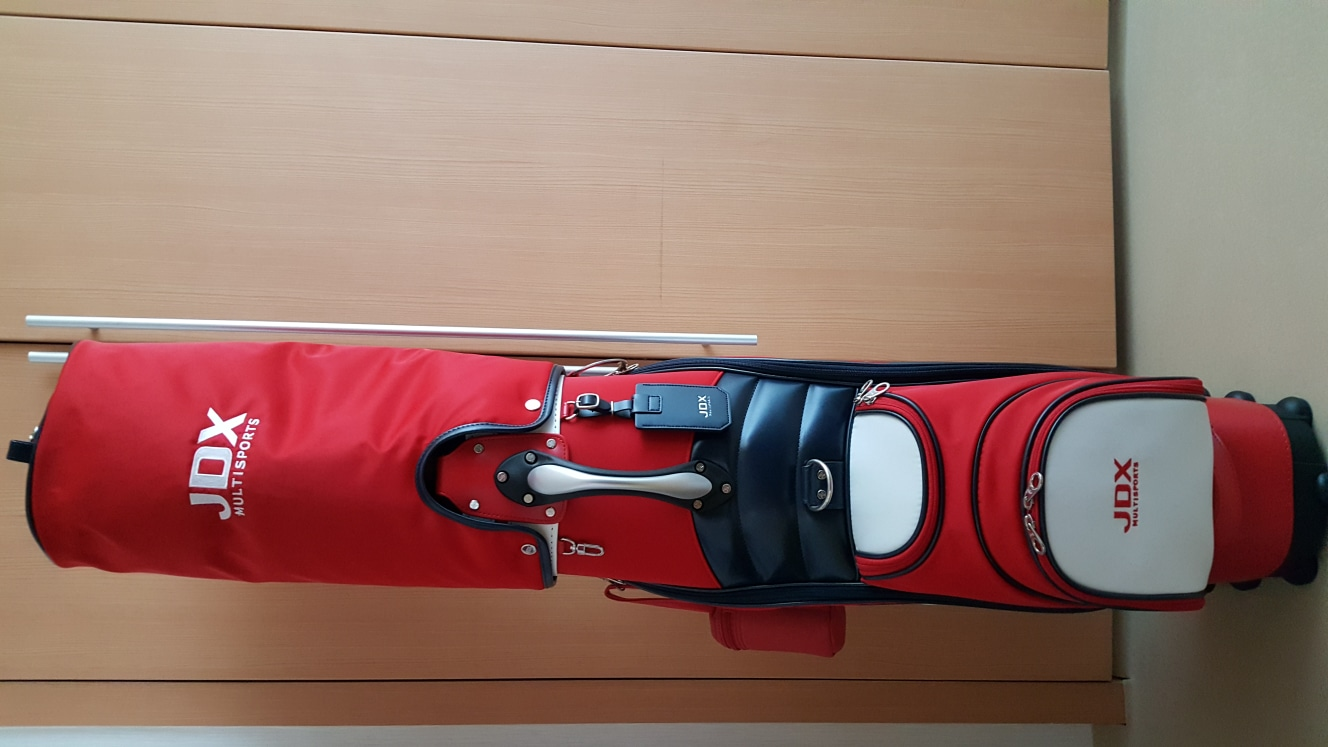 골프가방과 골프채  가방은 완전새것이고 골프채는세트로13개 다있구요 얼마쓰지않은 새것갇은 중고 입니다