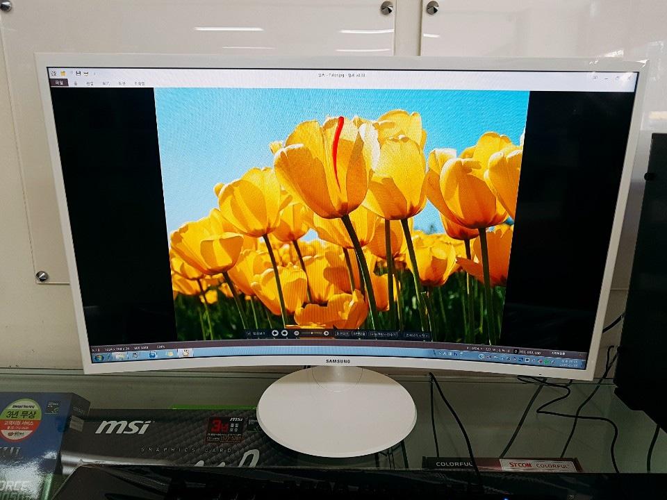 삼성 32인치 커브드 모니터 화이트색상 판매합니다