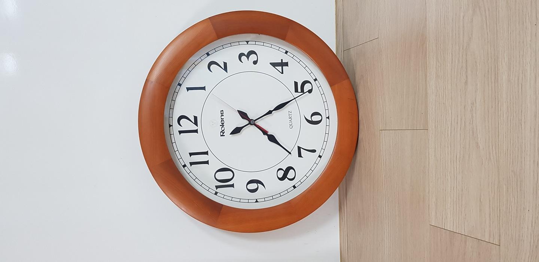 원목시계입니다