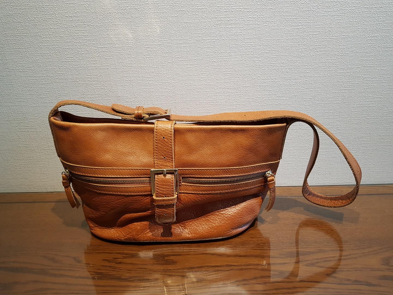 가죽 가방입니다.
