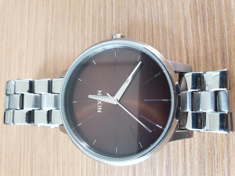 닉슨손목시계.여성착용.깔끔.세련스타일