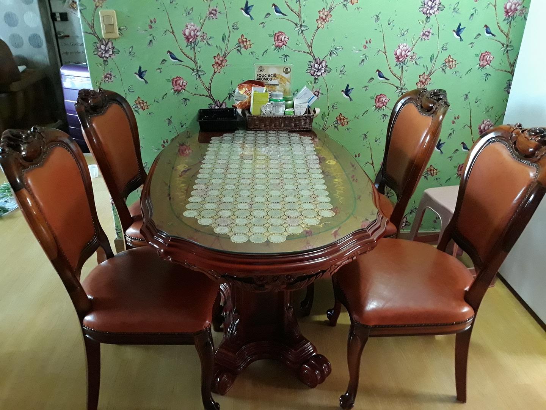 원목이라 엄청 튼튼한 원목 식탁과 원목 가죽 쇼파 (스툴포함)