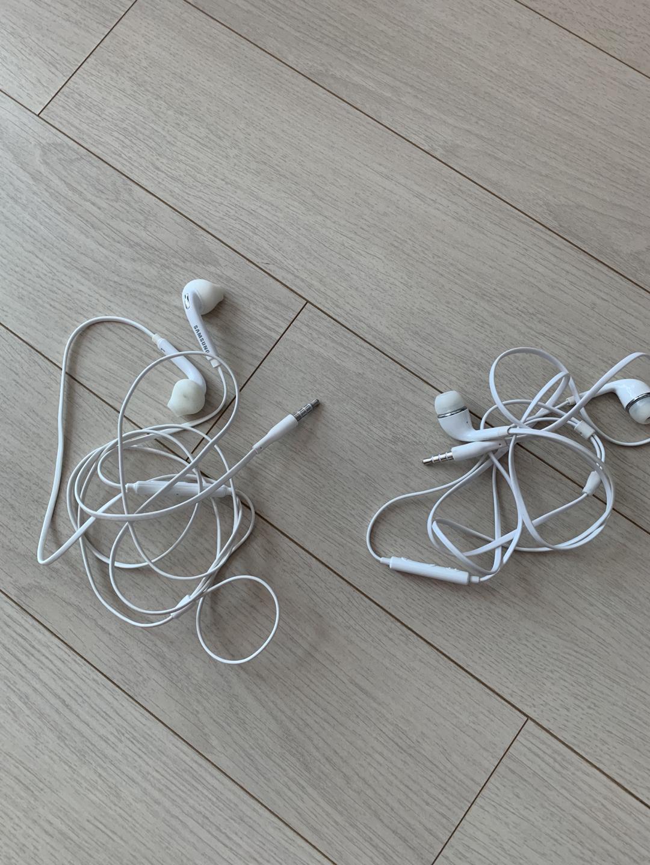 삼성 정품 이어폰 + 이어폰 하나더 총두개에요!